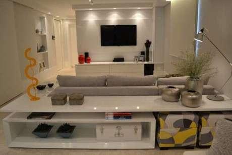 10. Decoração clean com rack com painel branco para sala – Foto: Helô Marques