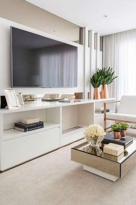 11. Sala clean decorada com rack com painel branco e mesa de centro espelhada – Foto: Pinosy