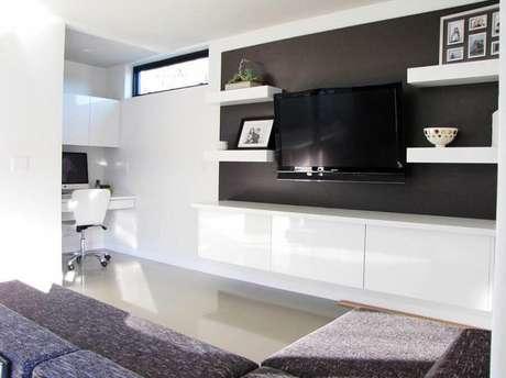 13. Decoração clean com rack com painel preto e branco para sala – Foto: HomeDit