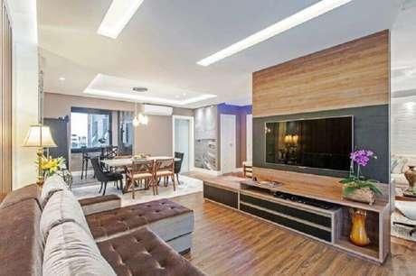 14. Sala ampla decorada simples com rack com painel para TV – Foto: Azoni Arquitetura