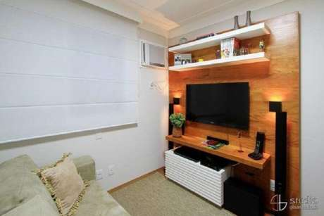 15. Decoração simples com rack com painel para TV – Foto: Camila Tannous