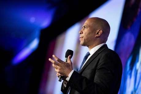 Democrata Cory Booker deixa corrida presidencial nos EUA