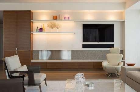 22. Modelos de rack com painel para decoração de sala moderna e sofisticada em tons neutros – Foto: HappyModern