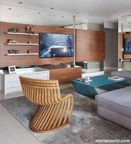 21. Racks modernos com painel e prateleiras para decoração de sala moderna com tapete cinza – Foto: Mariana Orsi