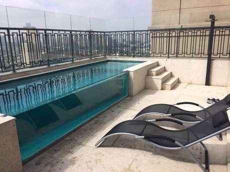 8. Invista na sofisticação da piscina de vidro – Foto: Habitissimo.com