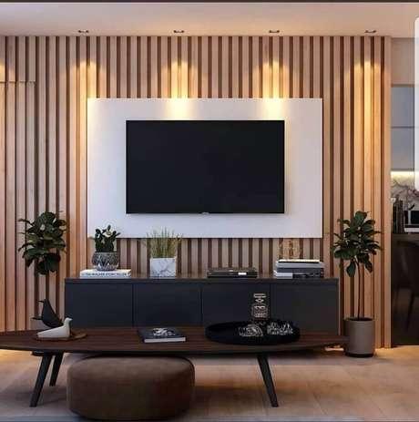 24. Rack com painel branco instalado em parede com revestimento de madeira – Foto: Mobilita