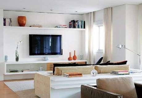 7. O rack com painel branco combina com todos os tipos de decorações – Foto: Arquitrecos
