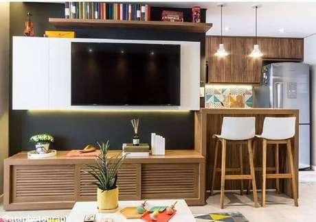 9. Invista em objetos de decoração para o seu rack com painel para sala – Foto: Duda Senna