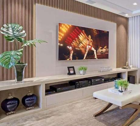 27. Rack com painel branco pra sala moderna decorada – Foto: Pinosy