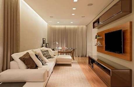 28. Rack com painel de madeira para decoração de sala em tons neutros – Foto: LEDS Arquitetura