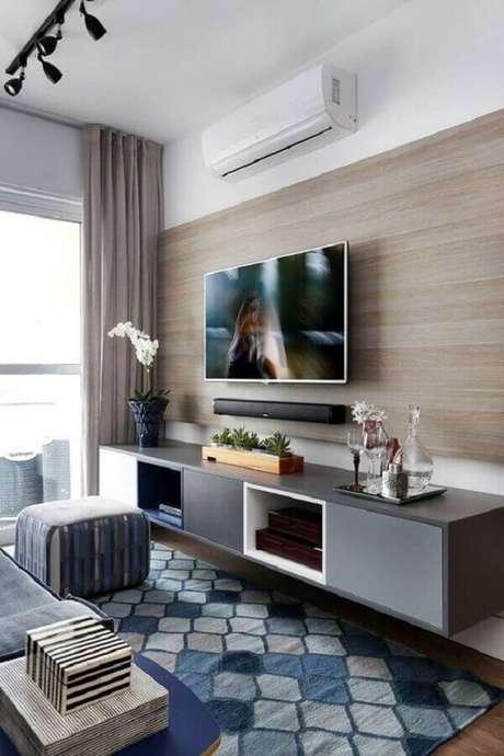 32. Racks modernos com painel para decoração de sala pequena com tapete geométrico e trilho de luz – Foto: Pinterest