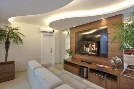 33. Rack com painel para sala decorada com sanca de gesso iluminada – Foto: Iara Kilaris