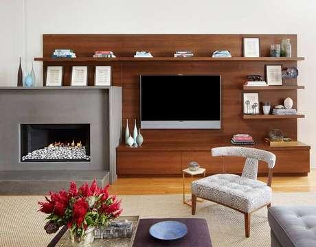 34. Rack com painel para sala moderna com lareira – Foto: Jessica Lagrange Interiors