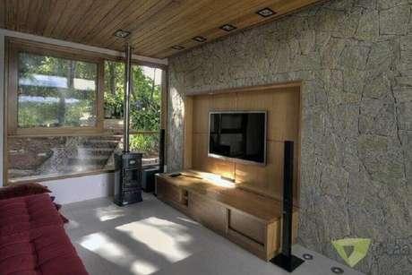 37. Decoração com rack com painel para sala com revestimento de pedra para parede – Foto: Olaa Arquitetos