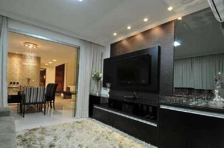 8. Sala decorada com rack com painel preto – Foto: Cypriana Pinheiro