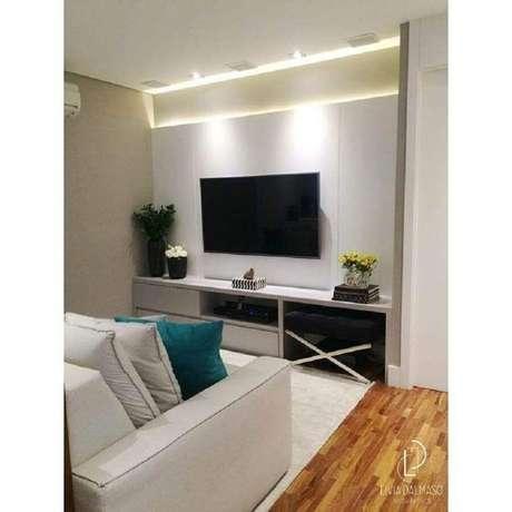 40. Rack com painel branco simples para decoração de sala pequena – Foto: Livia Dalmasso Arquitetura