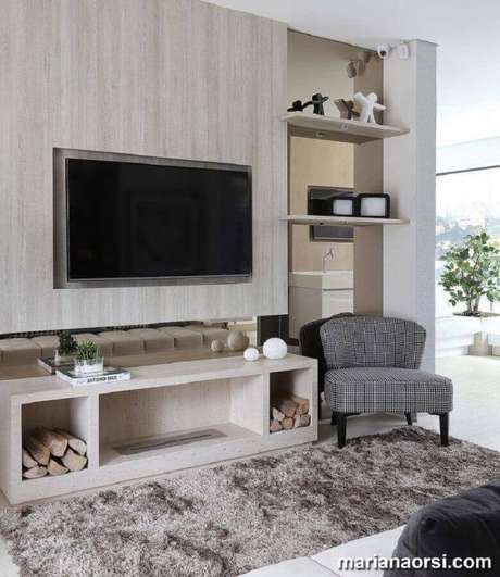 41. Rack com painel simples para sala decorada com tapete felpudo – Foto: Mariana Orsi