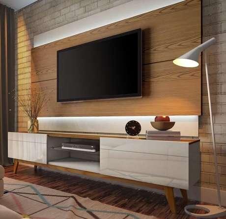45. Rack retrô com painel de madeira para TV – Foto: Mobilita