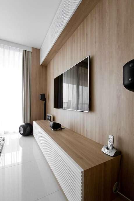 47. Racks modernos com painel de madeira para sala – Foto: Archilovers