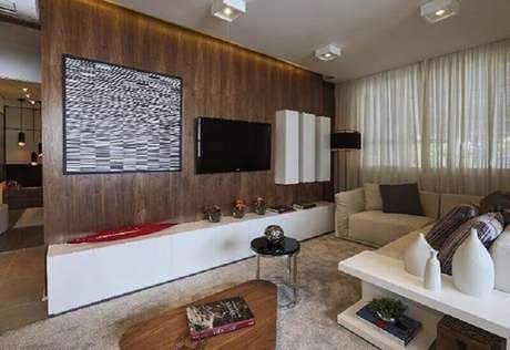 48. Racks modernos com painel de madeira para sala decorada em tons neutros – Foto: Claudia Albertini Arquitetos Associados