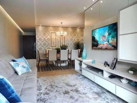 51. Racks modernos com painel para decoração de sala de estar com tapete felpudo – Foto: Only Design