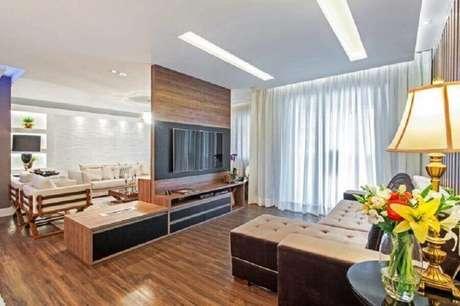 55. Sala ampla decorada com rack com painel para TV – Foto: Azoni Arquitetura