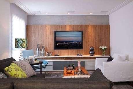 56. Sala decorada com rack com painel de madeira – Foto: Pinterest