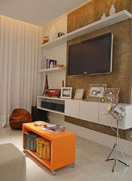 58. Sala simples decorada com rack com painel suspenso – Foto: Casa de Valentina
