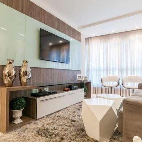 59. Sala decorada em tons neutros com racks modernos com painel de vidro – Foto: 433 Arquitetura