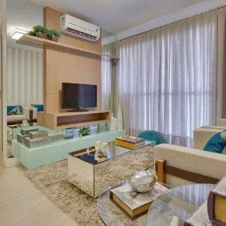 60. Sala decorada com tapete felpudo e rack com painel para TV – Foto: Armstrong Arquitetura