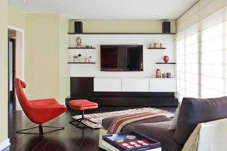 61. Sala moderna decorada com poltrona vermelha e rack com painel suspenso – Foto: Architectural Design