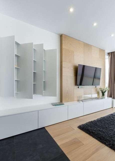 62. Sala minimalista decorada com racks modernos com painel de madeira para TV – Foto: Archilovers