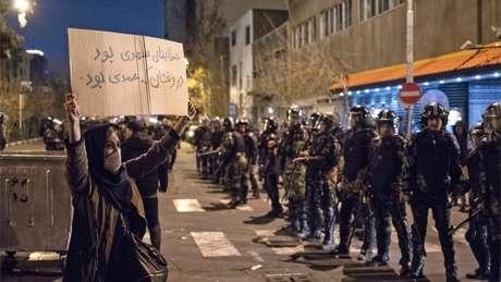 A notícia de que as forças iranianas derrubaram o avião foi recebida com protestos no país