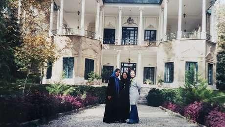 Sanaz Asgharzadeh (à esquerda) em sua última visita a Teerã, em 2001