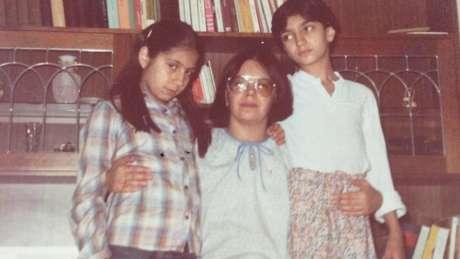 Firuzeh Mahmoudi (de cabelo curto) em sua infância em Teerã, a capital iraniana; ela se mudou para os EUA aos 12 anos