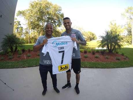 Luan recebeu a camisa 7 do Corinthians das mãos de Marcelinho Carioca