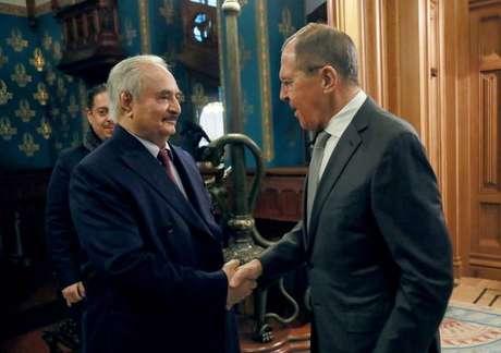Khalifa Haftar (esquerda) durante reunião em Moscou