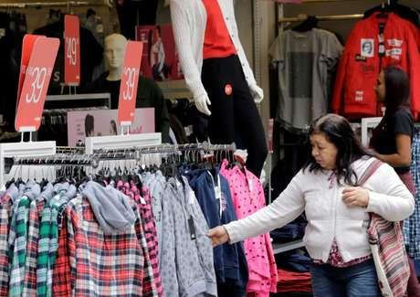 Mulher faz compras no centro de São Paulo 08/06/2018 REUTERS/Paulo Whitaker