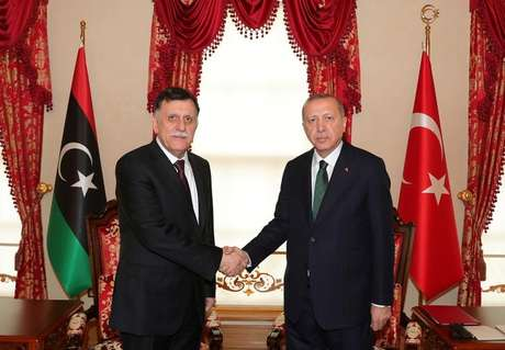 Presidente da Turquia, Tayyip Erdogan, se encontra com o premiê da Líbia reconhecido internacionalmente, Fayez al-Sarraj, em Istambul 12/01/2020 Gabinete de Imprensa da Presidência/Divulgação via REUTERS