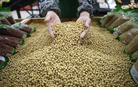 Funcionário separa grãos de soja em supermercado de Wuhan, na China 14/04/2014 REUTERS/Stringer