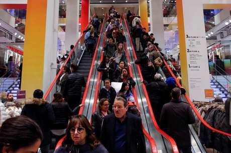 Consumidores fazem compras em Manhattan, Nova York 25/11/2016 REUTERS/Andrew Kelly