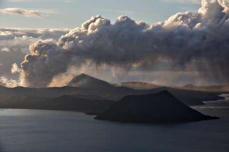 Coluna de fumaça do vulcão Taal, na Filipinas 14/01/2020 REUTERS/Eloisa Lopez