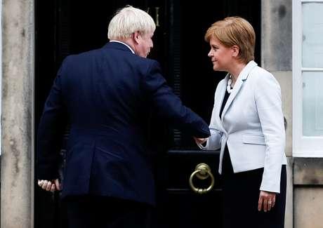 Primeiro-ministro britânico, Boris Johnson, e premiê escocesa, Nicola Sturgeon, se cumprimentam em Edinburgo 29/07/2019 REUTERS/Russell Cheyne