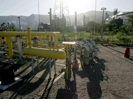 Instalações de gás natural em Cubatão (SP)  03/05/2006 REUTERS/Caetano Barreira