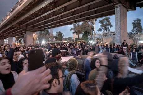 Manifestantes protestam em Teerã, em imagem obtida em rede social 11/01/2020 Foto obtida via rede social pela Reuters via REUTERS