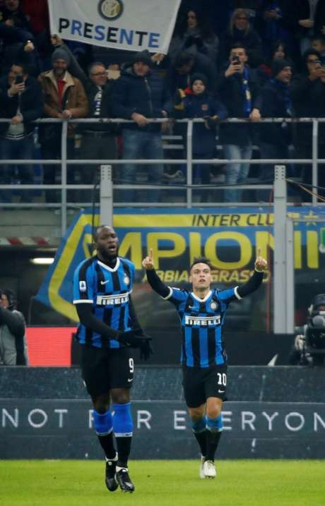 Jogadores da Inter de milão e Lautaro Martinez e Rumelu Lukaku. 11/1/2020  REUTERS/Alessandro Garofalo