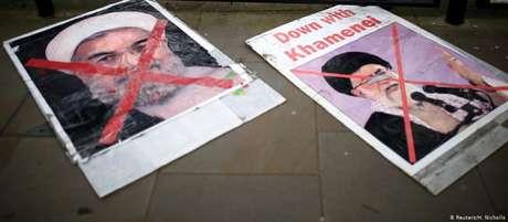 Cartazes contra o presidente do Irã, Hassan Rohani (esq.), e o líder supremo do país, aiatolá Ali Khamenei