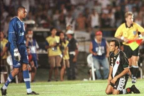 Edmundo chuta para fora a última cobrança do Vasco na final. O Timão conquistava o Mundo.