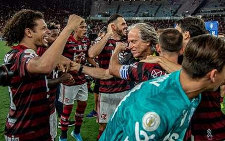 Jesus é festejado por grupo rubro-negro, campeão do Brasileiro e da Libertadores de 2019 (Foto: Marcelo Cortes / CRF)
