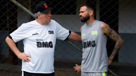 Abel Braga e Leandro Castan conversam durante treinamento do Vasco (Foto: Carlos Gregório Jr/Vasco)